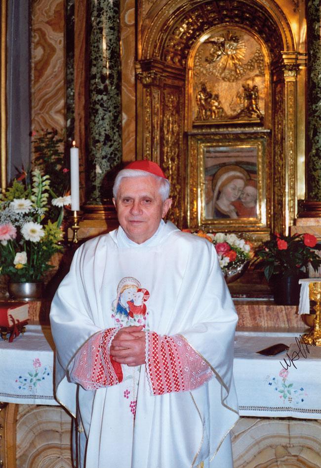 El cardenal Ratzinger ante la Virgen del Buen Consejo